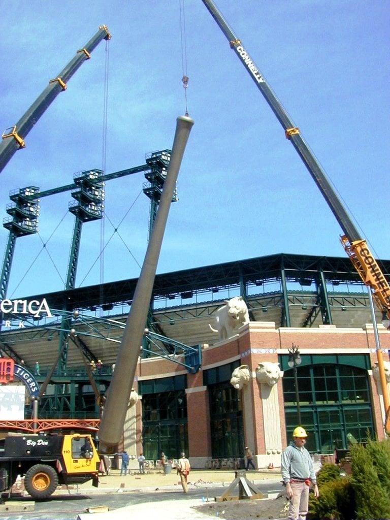 Installation des bâtons de baseball au Comerica Park