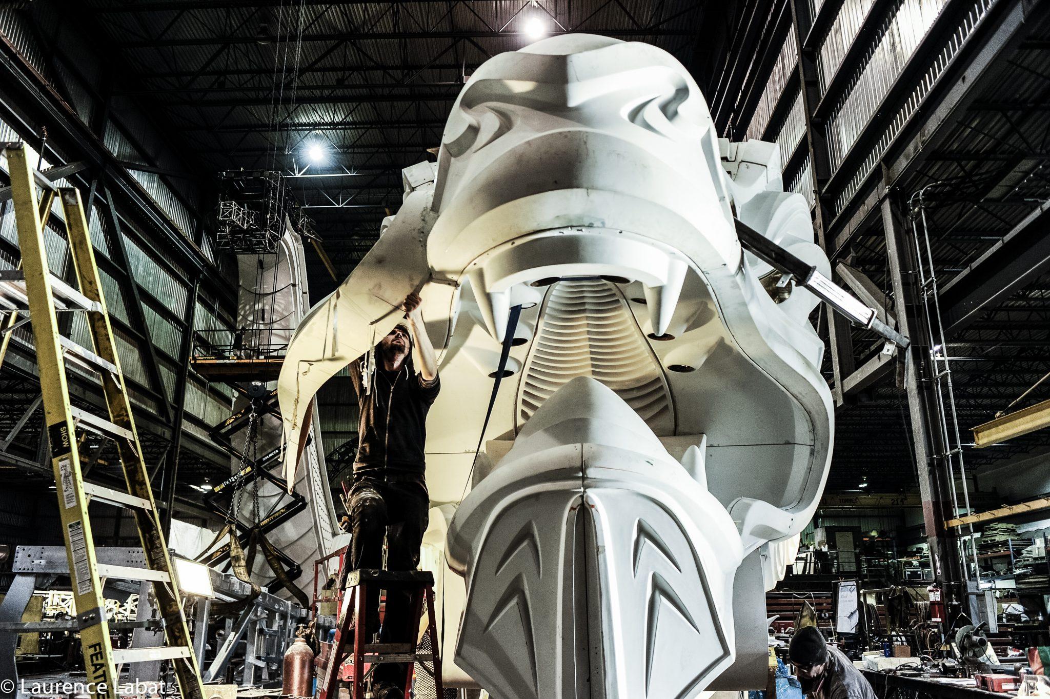 Fabrication d'une tête de dragon en usine